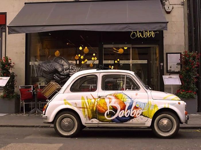 ماشین در جلوی رستوران